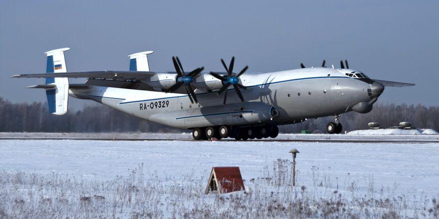 Особенность Ан-22 - возможность взлетать и садиться на грунтовых аэродромах