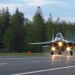 Видео: Як-130 и МиГ-29 ВВС Белоруссии впервые сели на трассу в вечернее время